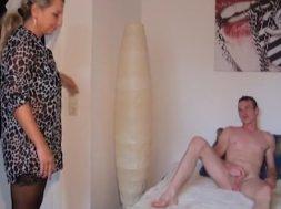 MILF desesperada se folla a su hijo (1)