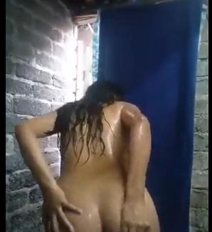 colegiala morena se deja grabar en la ducha